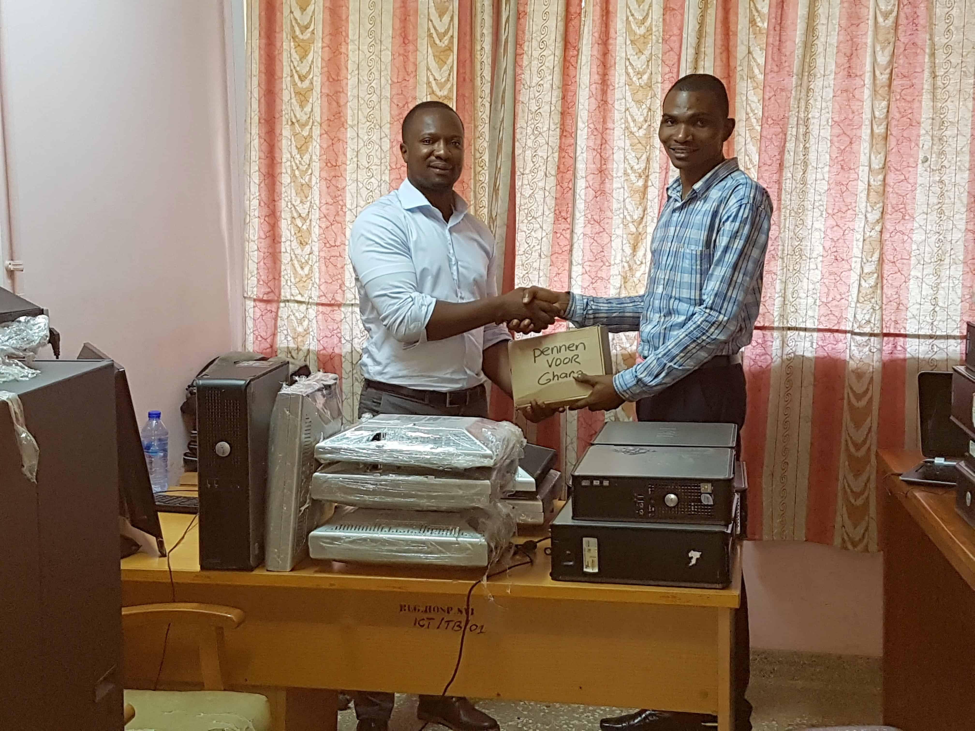 Evans Boadi overhandigt het door Polteq gesponsorde materiaal aan het Sunyani Regional Hospital in Ghana.