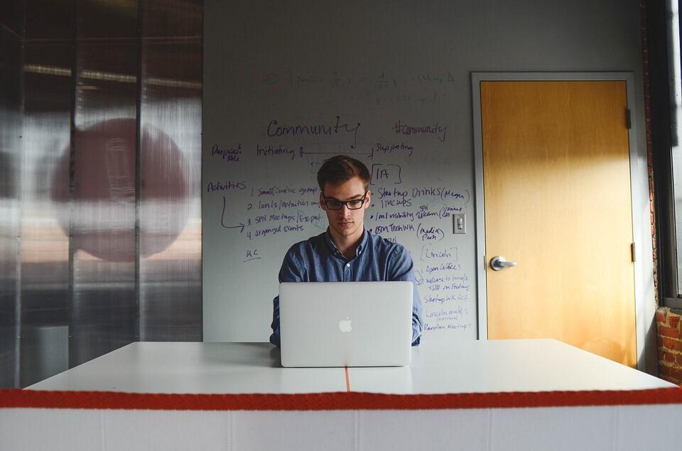 Software tester die een rapport schrijft
