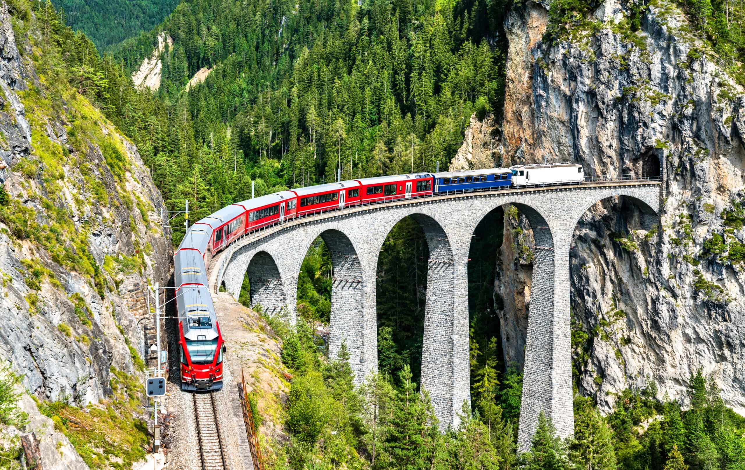 Het beroemde Landwasser viaduct in de Zwitserse Alpen.